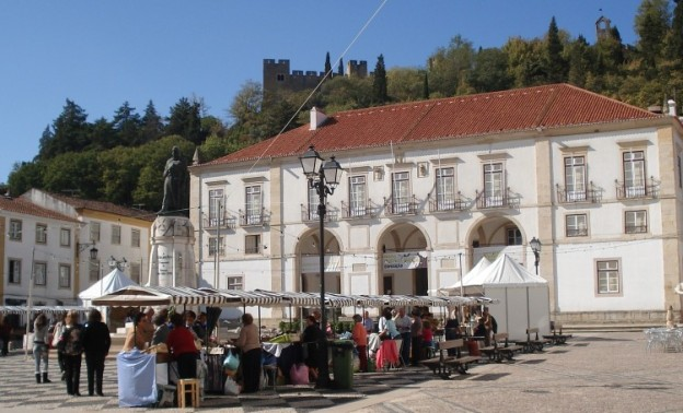 Feira das Passas - Pça da República - Convento de Cristo ao alto - centro de Tomar